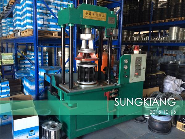 上海淞江减震器集团有限公司拥有自己的上海橡胶接头压力检测设备,我们对出厂的橡胶接头都进行压力检测,避免出现质量问题!